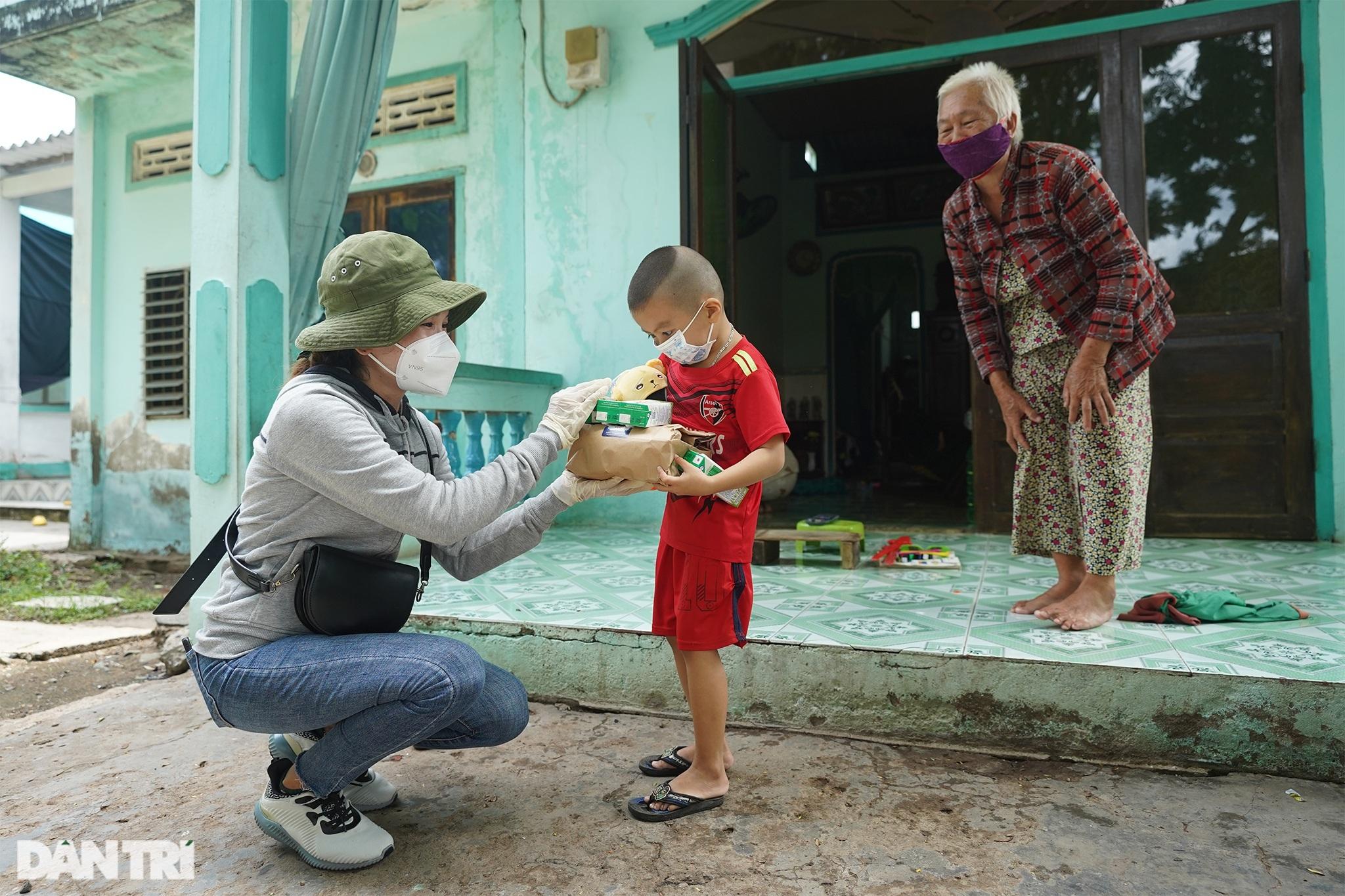 Trẻ em xã đảo vùng xanh ở TPHCM chơi lồng đèn làm bằng vỏ lon, hộp sữa - 11