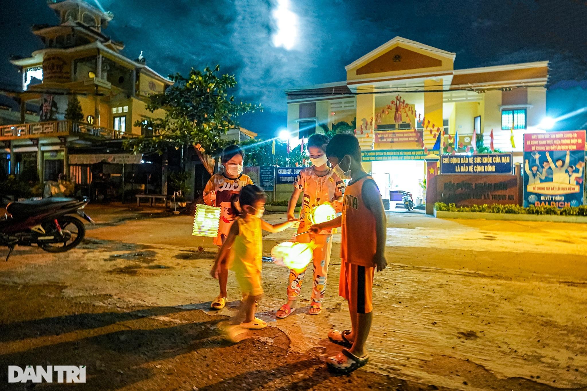 Trẻ em xã đảo vùng xanh ở TPHCM chơi lồng đèn làm bằng vỏ lon, hộp sữa - 1