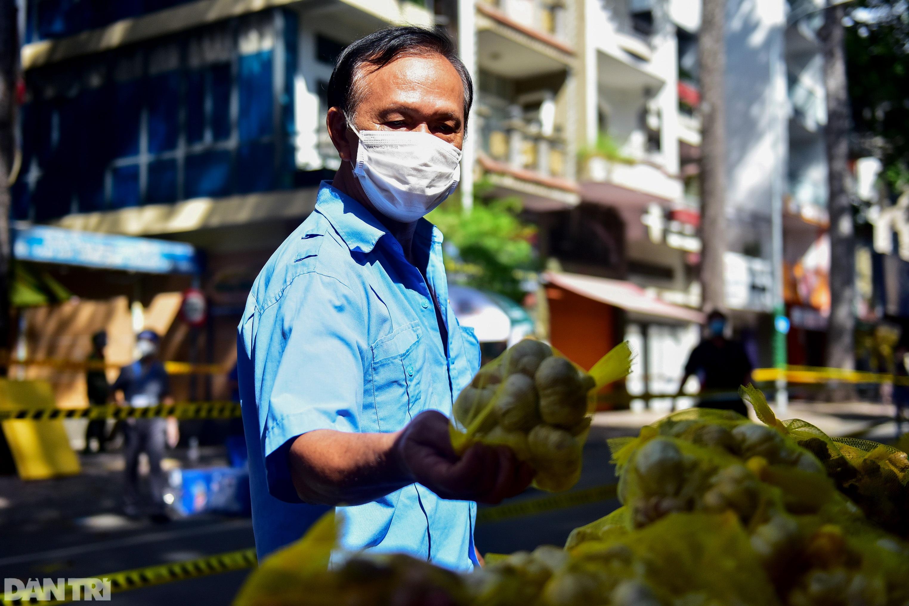 Chợ dã chiến dài 500 m trên vỉa hè phục vụ người dân vùng xanh TPHCM - 11
