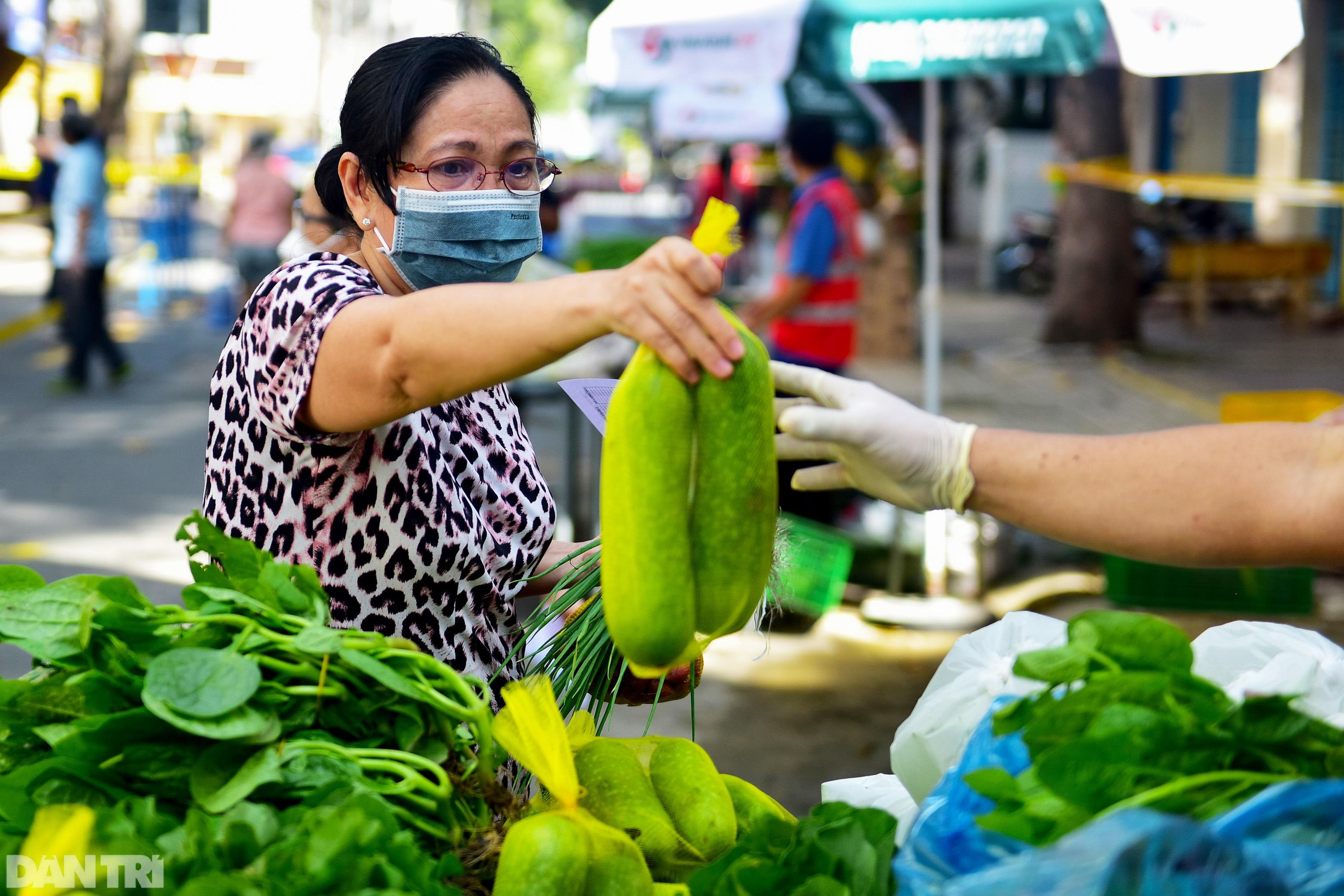 Chợ dã chiến dài 500 m trên vỉa hè phục vụ người dân vùng xanh TPHCM - 14
