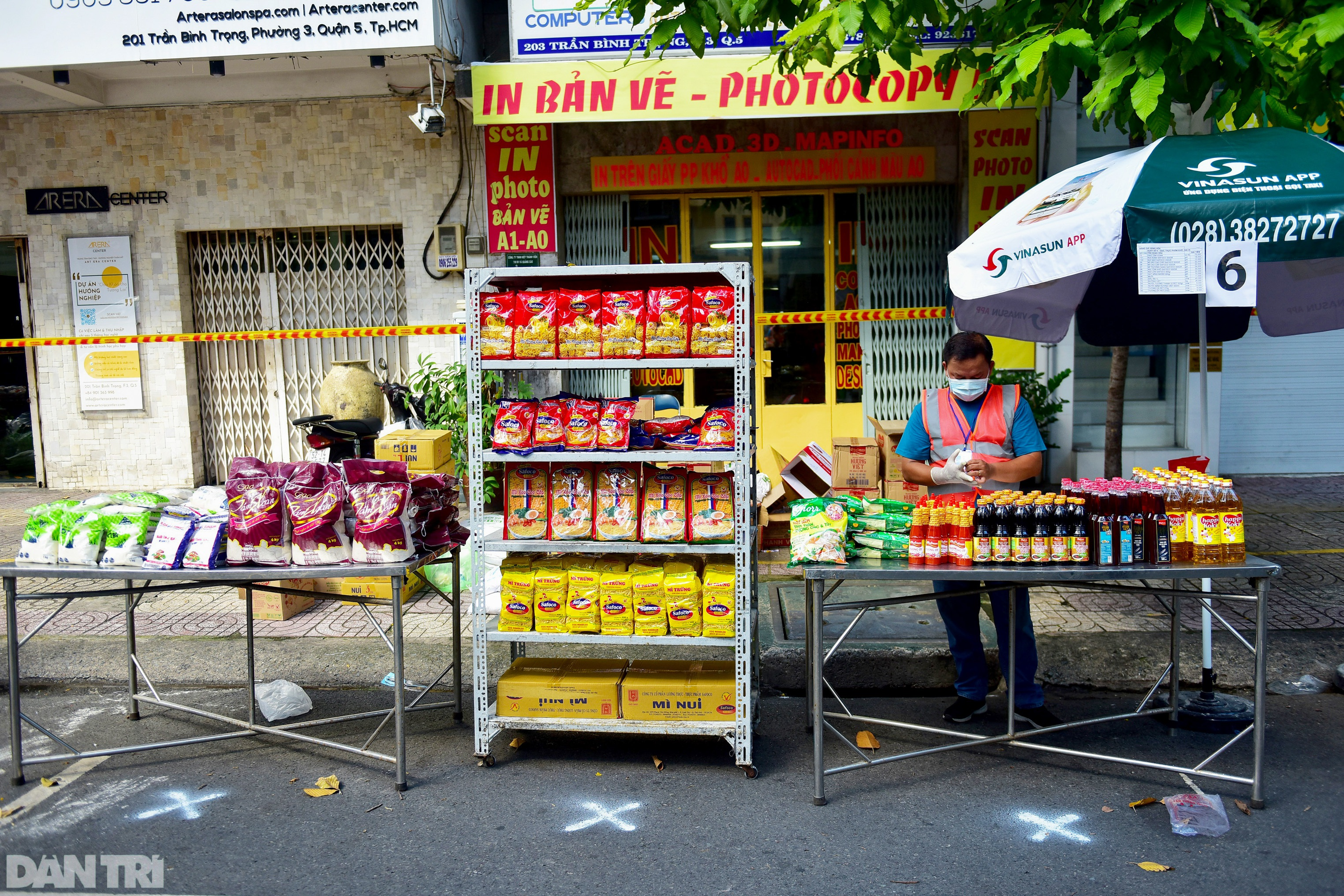Chợ dã chiến dài 500 m trên vỉa hè phục vụ người dân vùng xanh TPHCM - 5