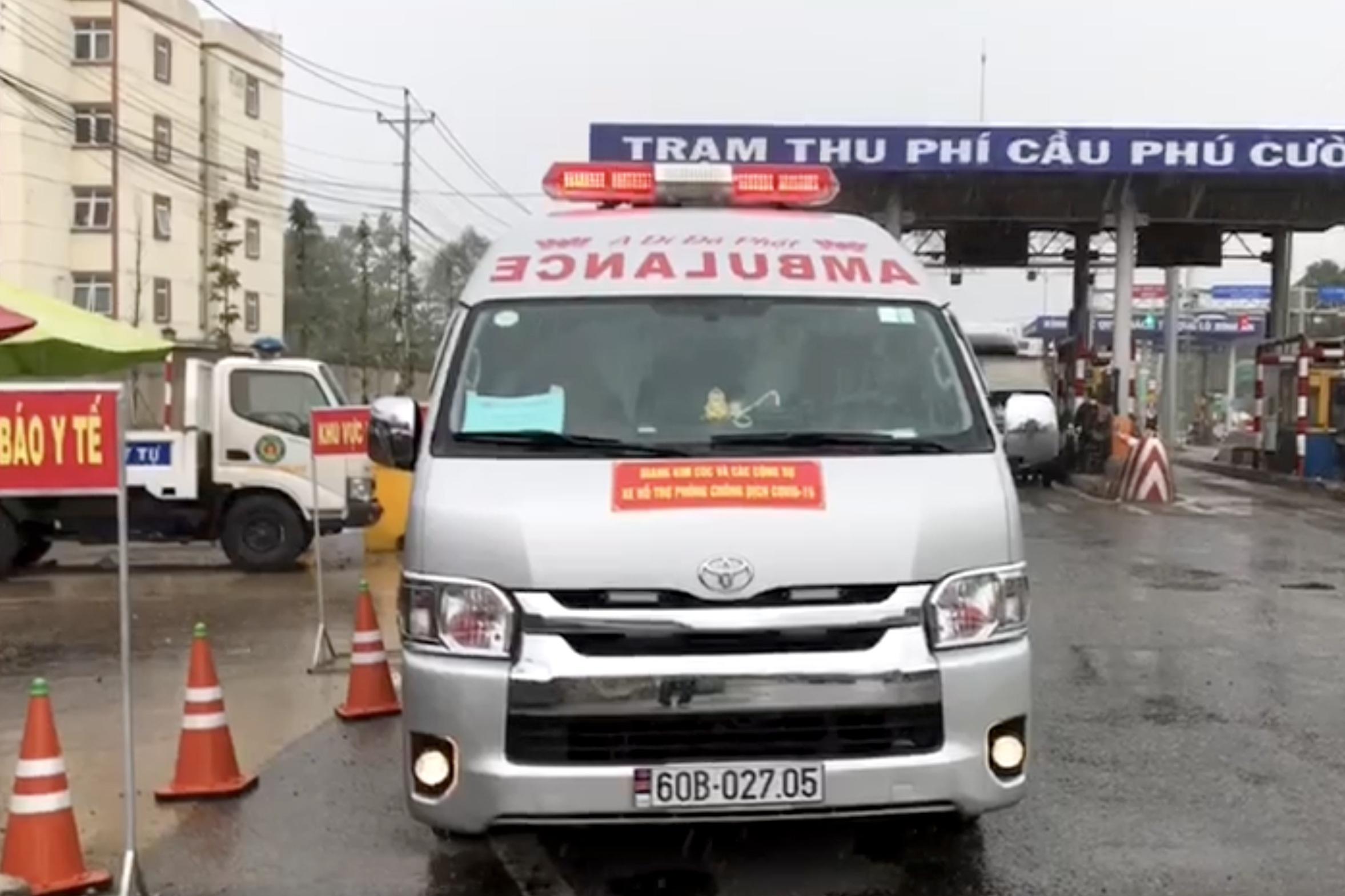 Xe cứu thương dán chữ Giang Kim Cúc hú còi inh ỏi chở chui 3 người - 1