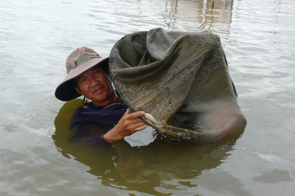 Quần thảo cả ngày trên cánh đồng lũ bắt cá trời cho, bỏ túi nửa triệu - 3