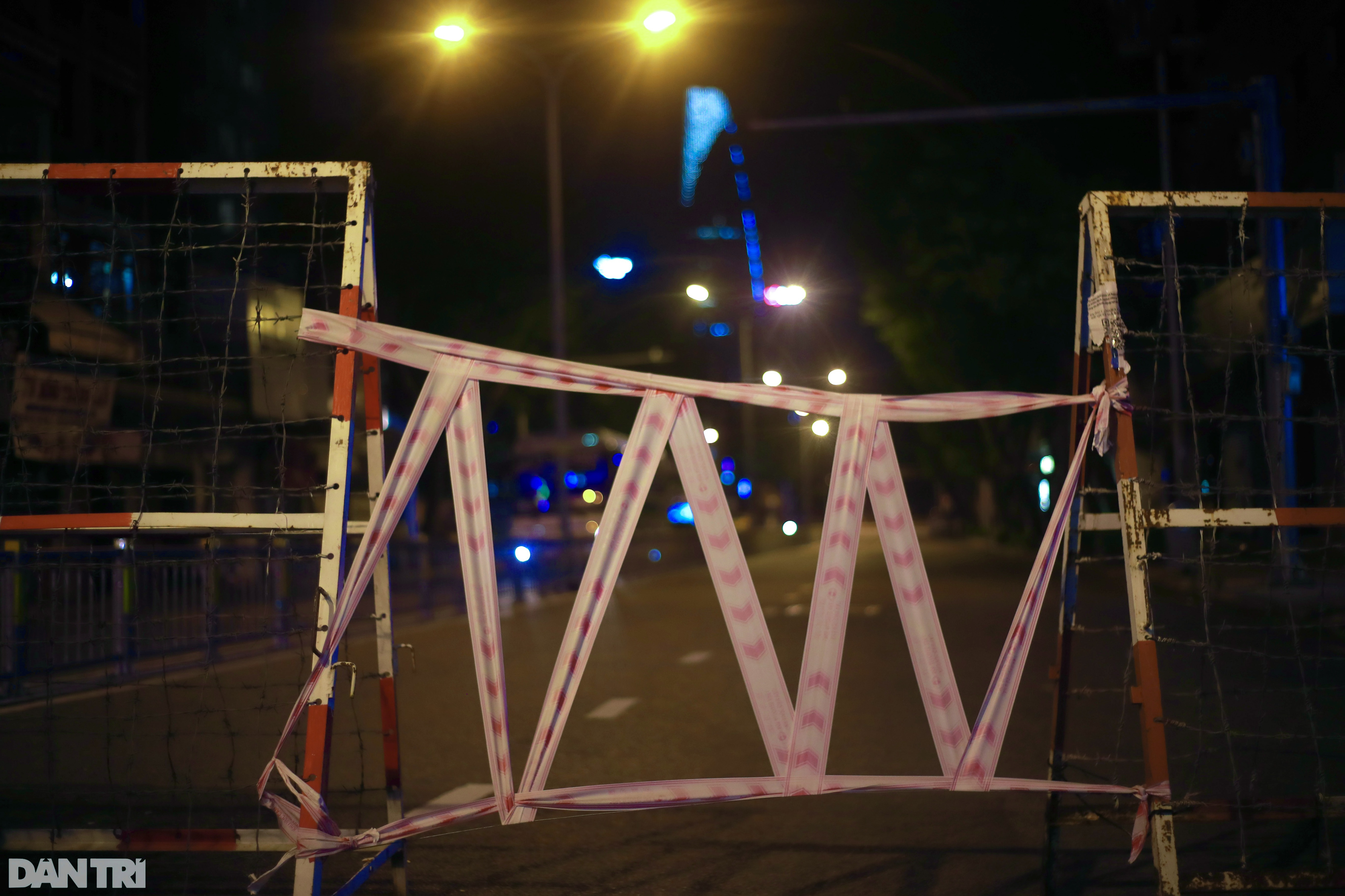 Hẻm nhỏ ở TPHCM dỡ chốt phong tỏa, đường lớn vẫn rào chắn kín mít - 18