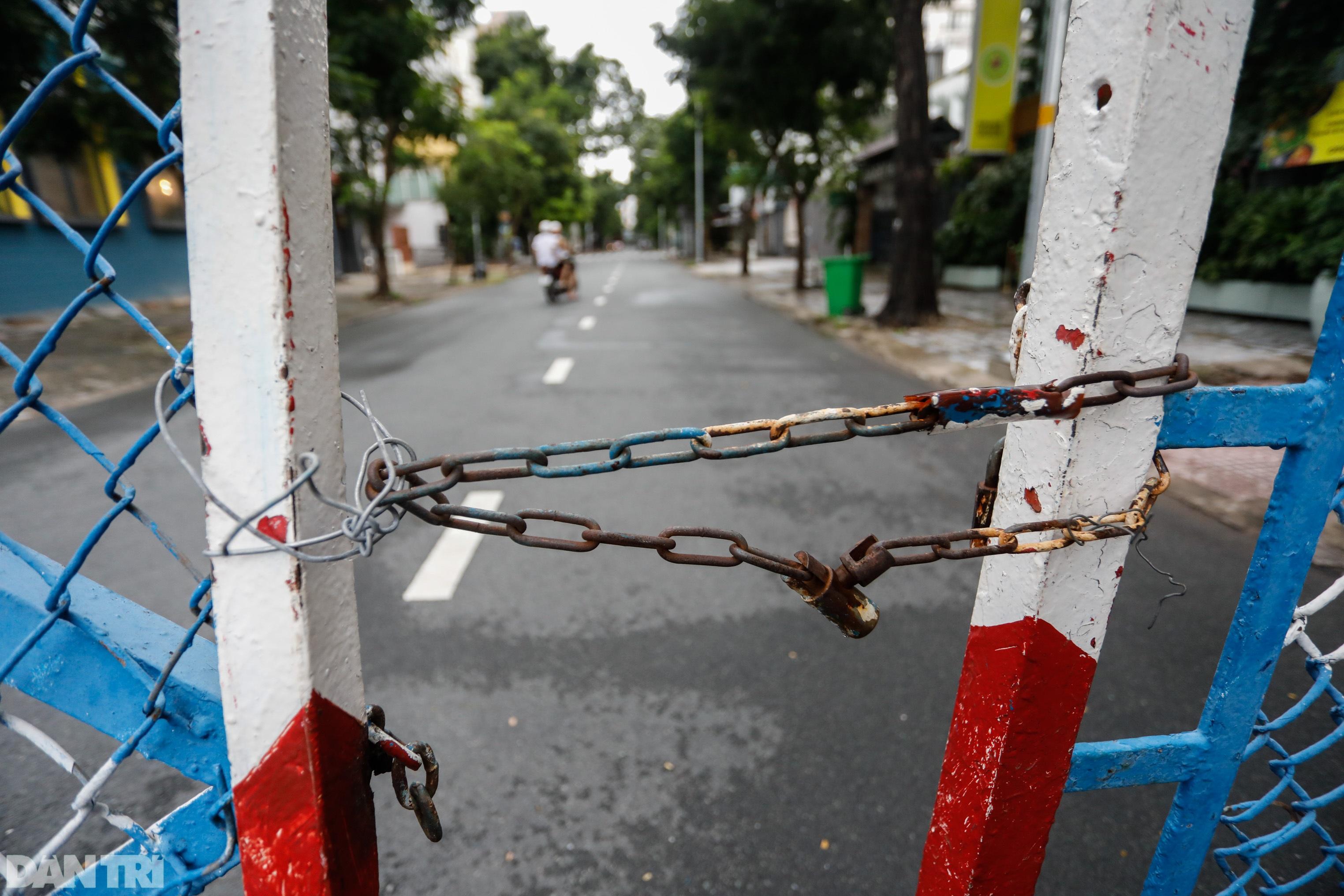 Hẻm nhỏ ở TPHCM dỡ chốt phong tỏa, đường lớn vẫn rào chắn kín mít - 13
