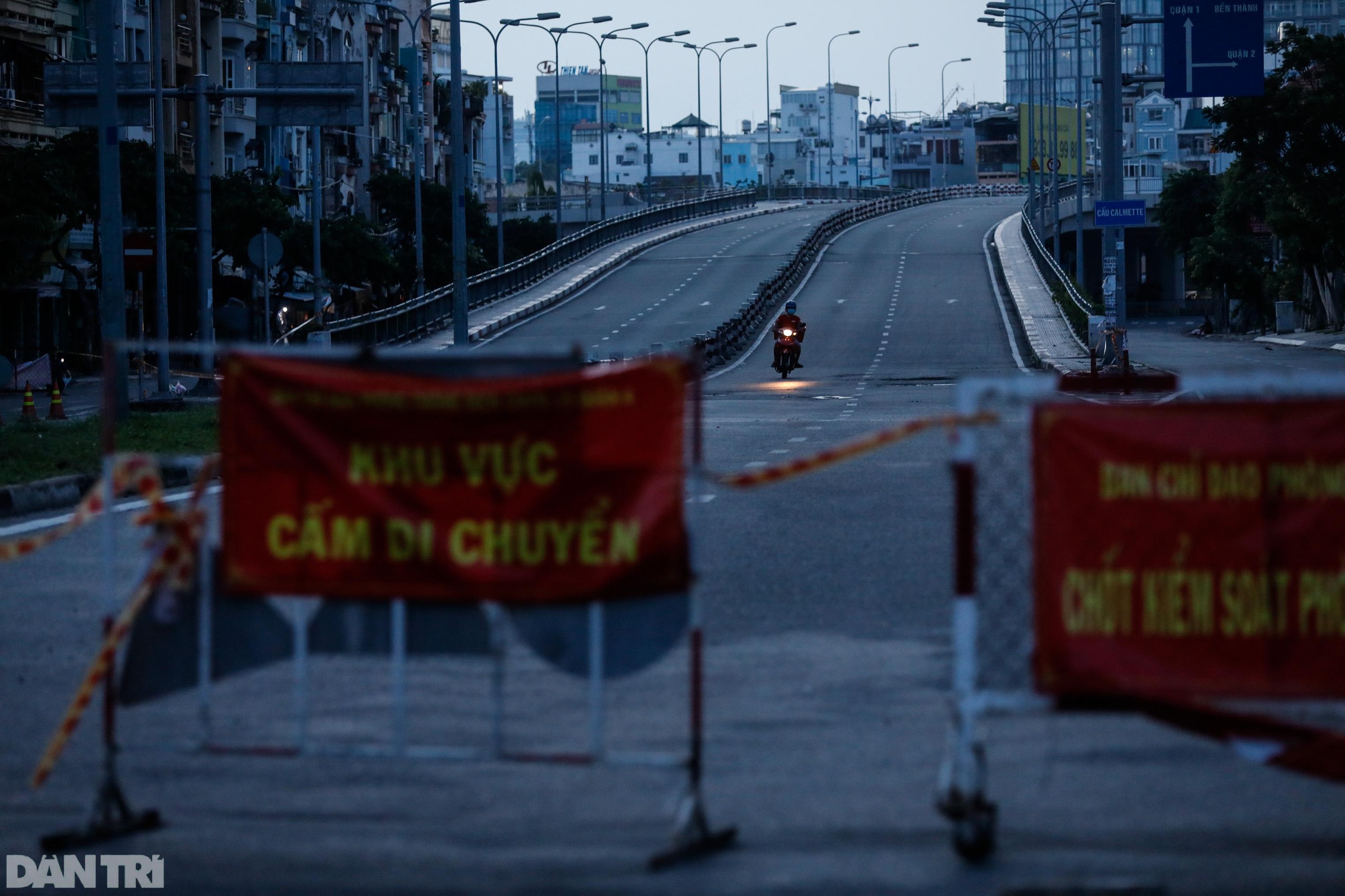 Hẻm nhỏ ở TPHCM dỡ chốt phong tỏa, đường lớn vẫn rào chắn kín mít - 11