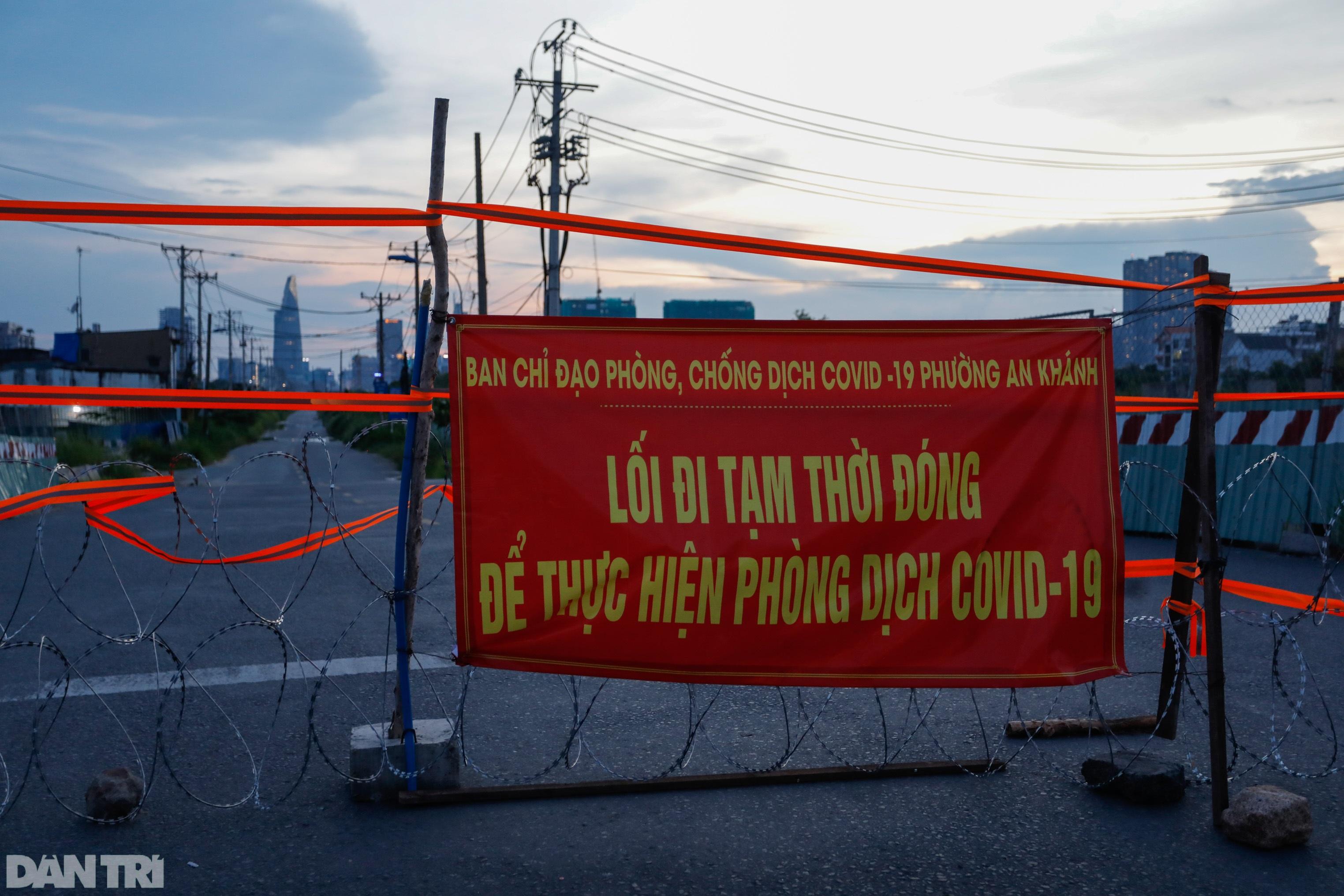 Hẻm nhỏ ở TPHCM dỡ chốt phong tỏa, đường lớn vẫn rào chắn kín mít - 9