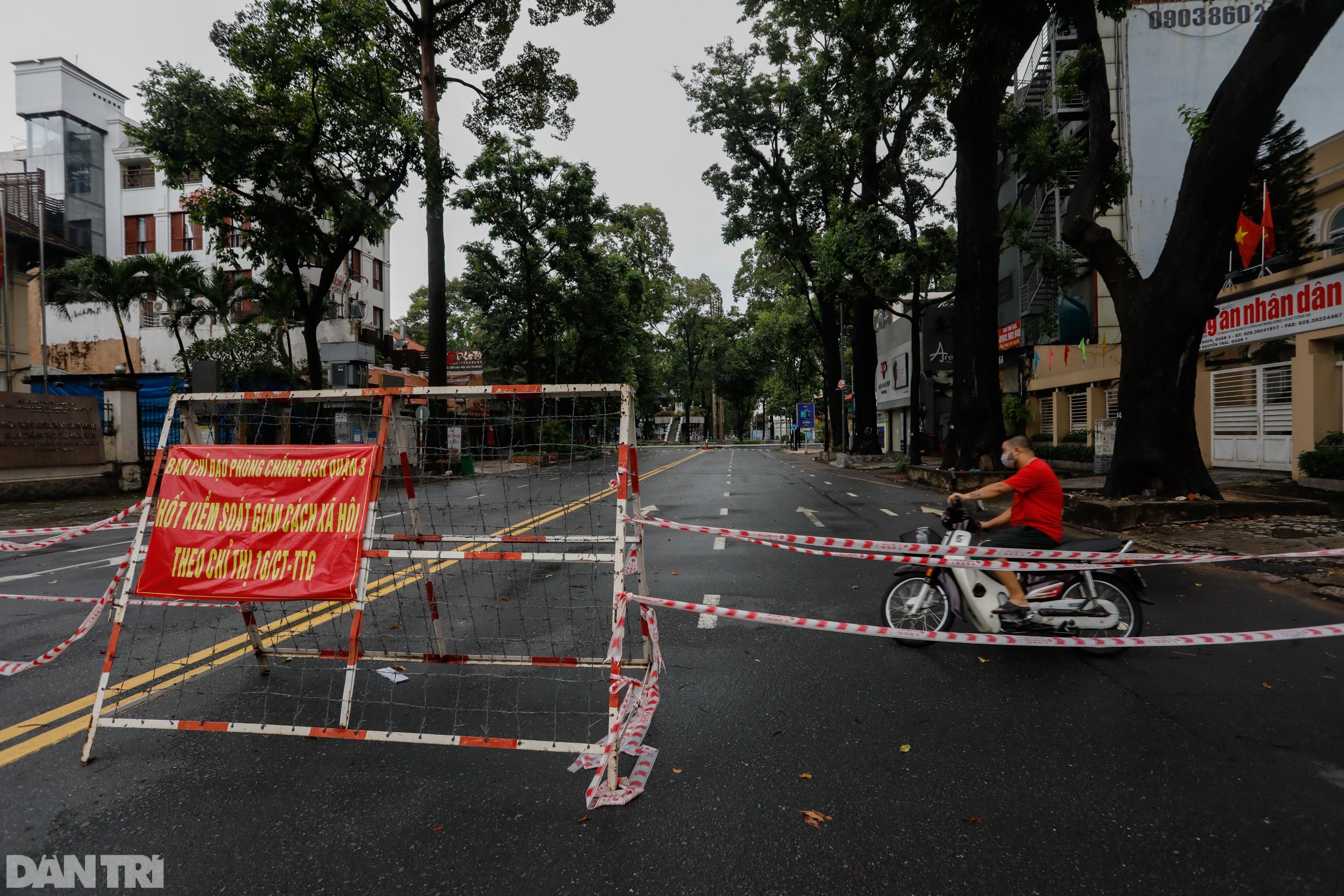 Hẻm nhỏ ở TPHCM dỡ chốt phong tỏa, đường lớn vẫn rào chắn kín mít - 12