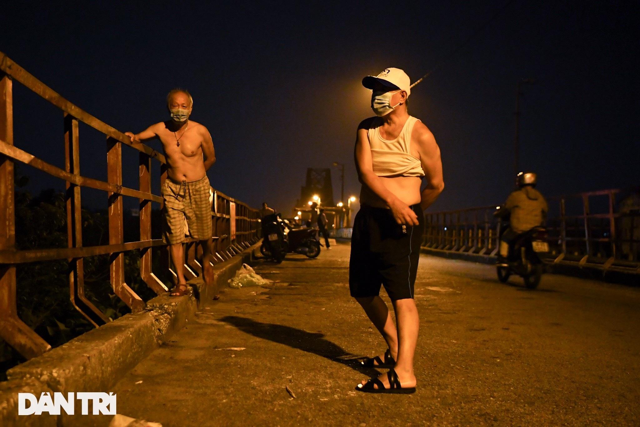 Sau nới lỏng, người dân Hà Nội đổ ra đường tập thể dục từ tờ mờ sáng - 2