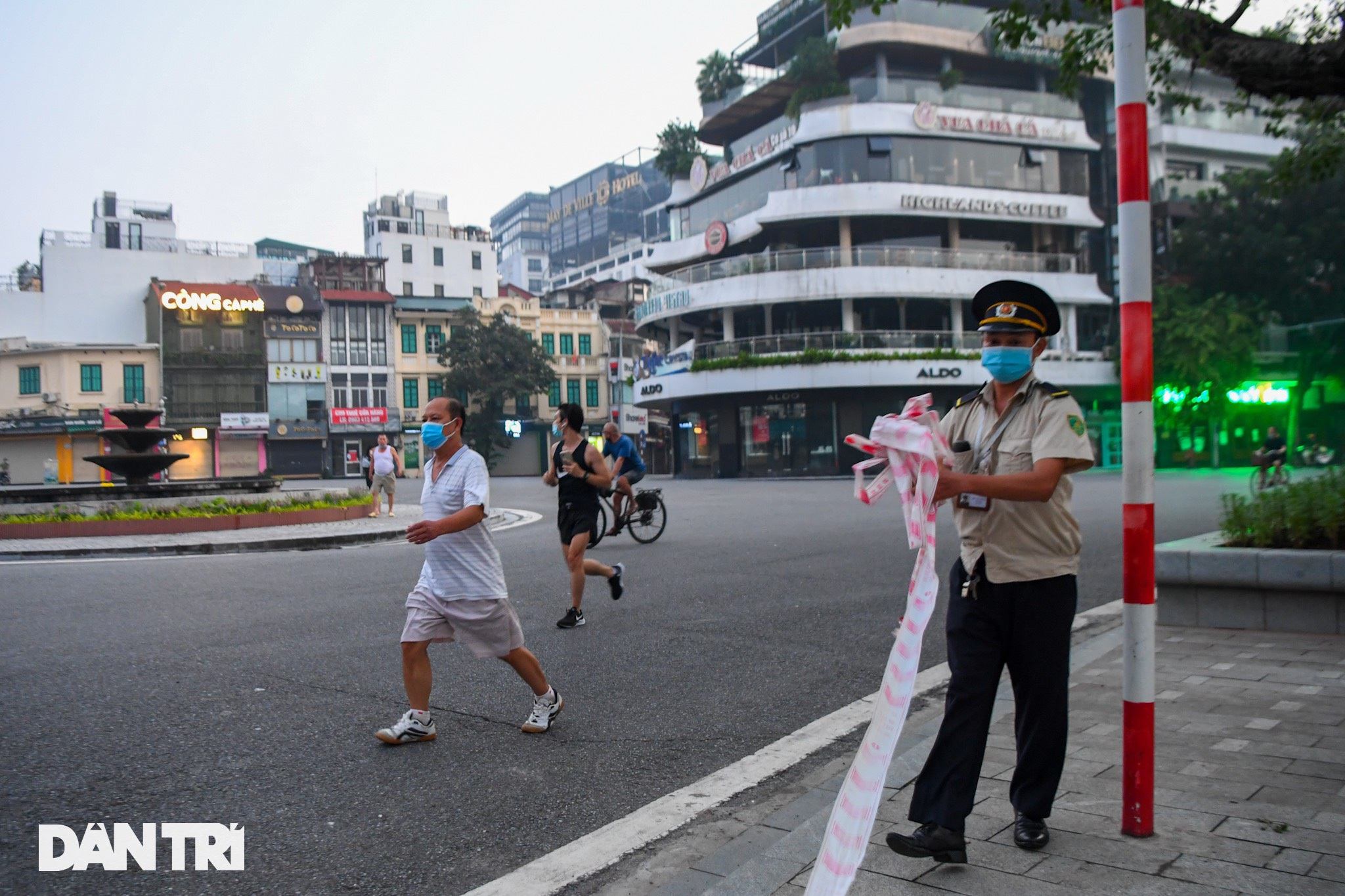 Sau nới lỏng, người dân Hà Nội đổ ra đường tập thể dục từ tờ mờ sáng - 14