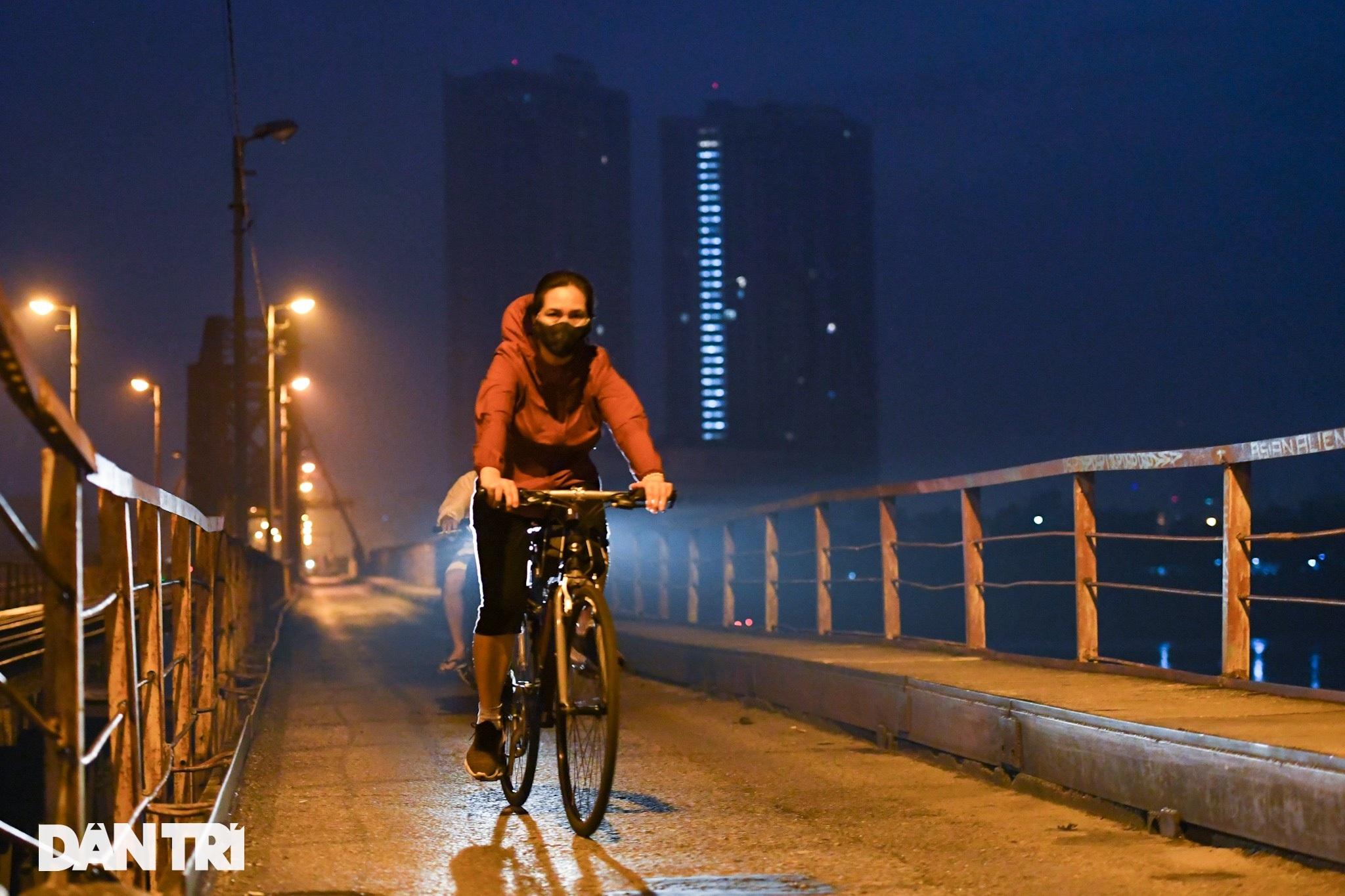 Sau nới lỏng, người dân Hà Nội đổ ra đường tập thể dục từ tờ mờ sáng - 1