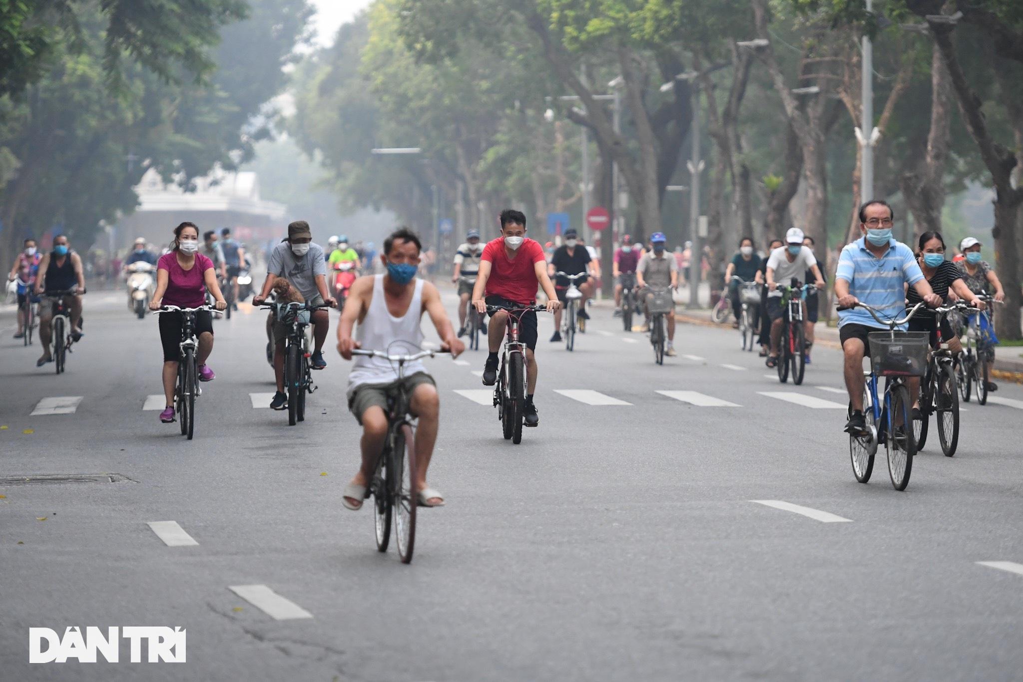 Sau nới lỏng, người dân Hà Nội đổ ra đường tập thể dục từ tờ mờ sáng - 3