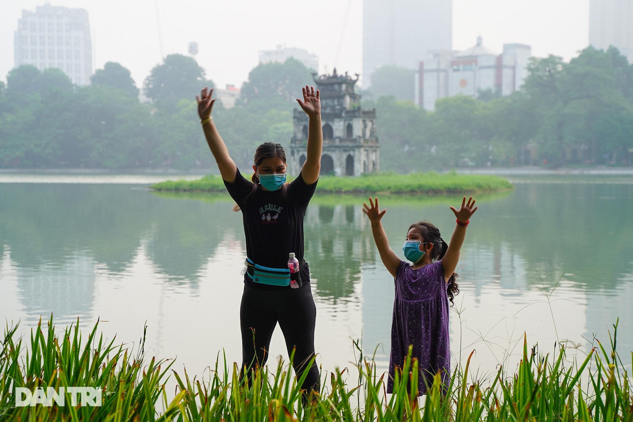 Sau nới lỏng, người dân Hà Nội đổ ra đường tập thể dục từ tờ mờ sáng - 9