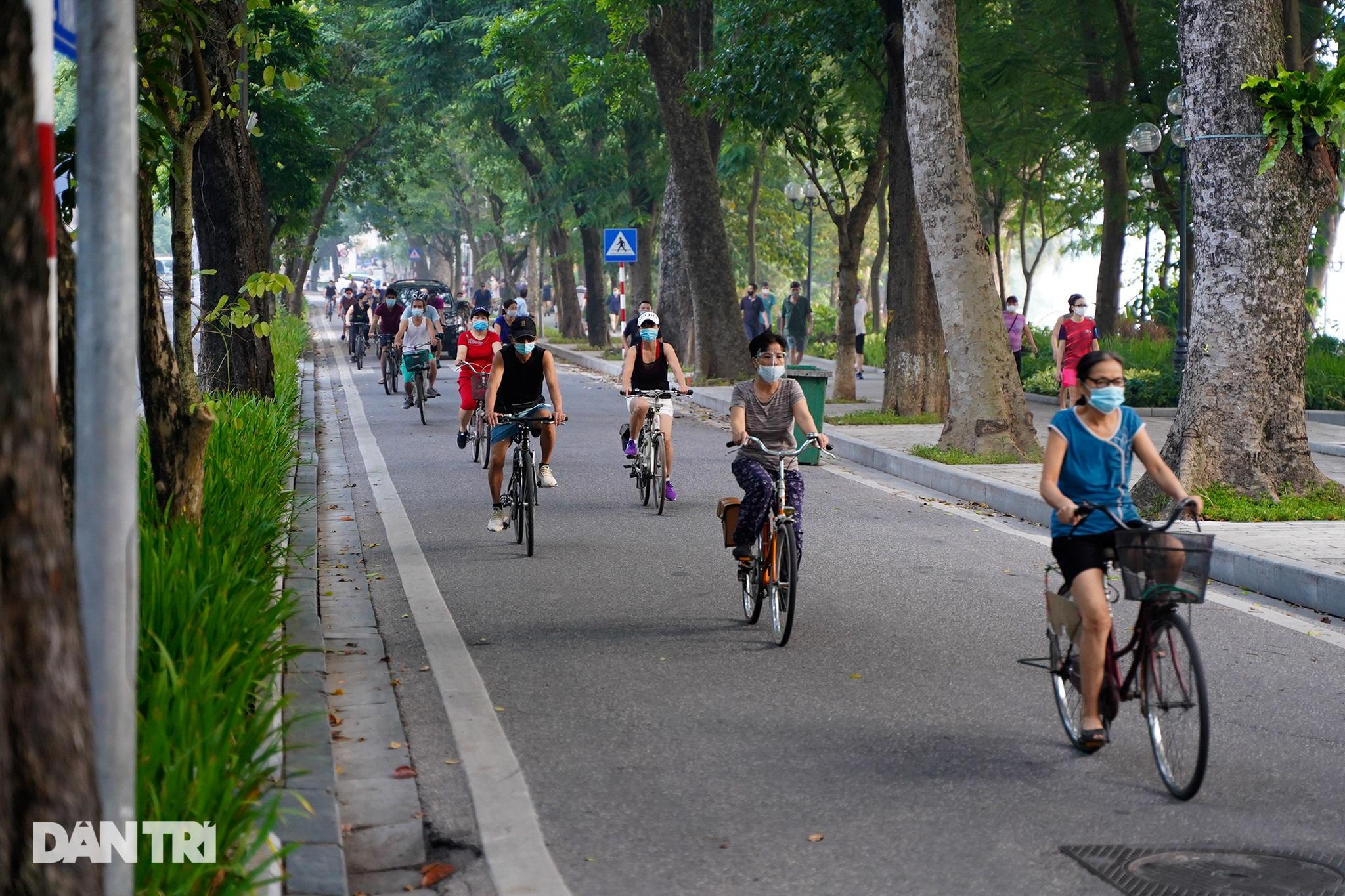 Sau nới lỏng, người dân Hà Nội đổ ra đường tập thể dục từ tờ mờ sáng - 4