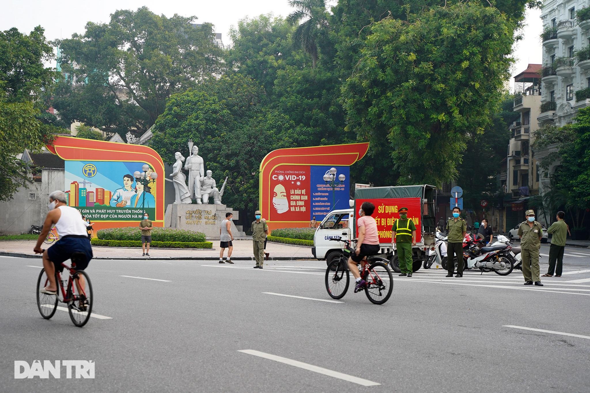 Sau nới lỏng, người dân Hà Nội đổ ra đường tập thể dục từ tờ mờ sáng - 16