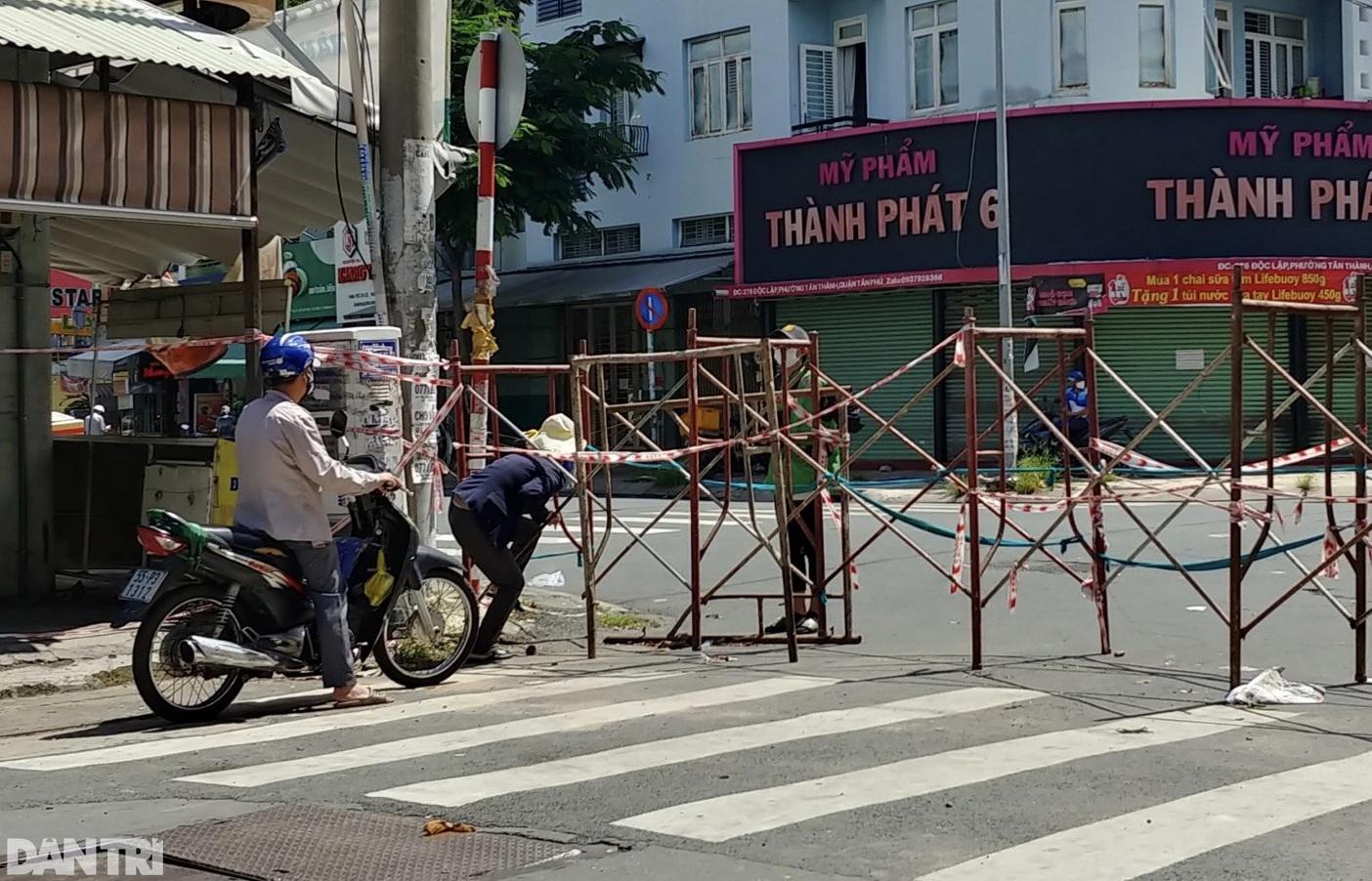 Hẻm nhỏ ở TPHCM dỡ chốt phong tỏa, đường lớn vẫn rào chắn kín mít - 7