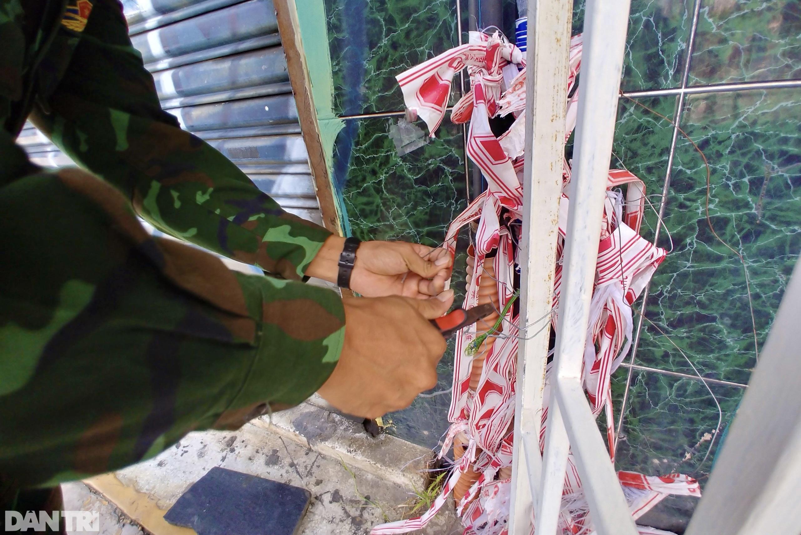 Hẻm nhỏ ở TPHCM dỡ chốt phong tỏa, đường lớn vẫn rào chắn kín mít - 2