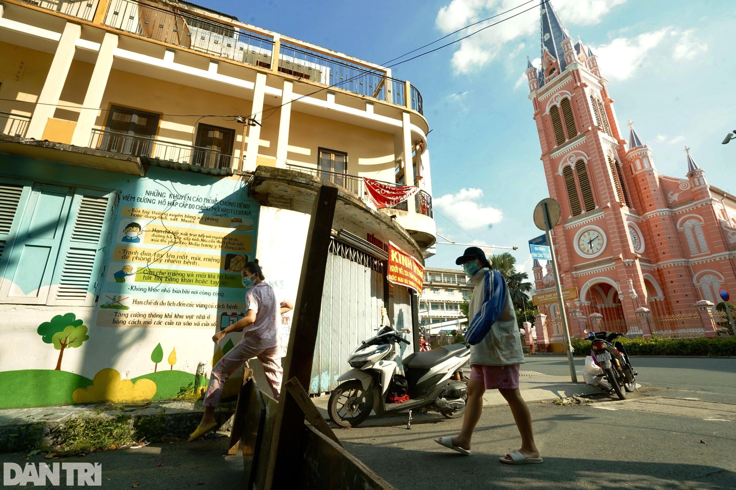 Hẻm nhỏ ở TPHCM dỡ chốt phong tỏa, đường lớn vẫn rào chắn kín mít - 8