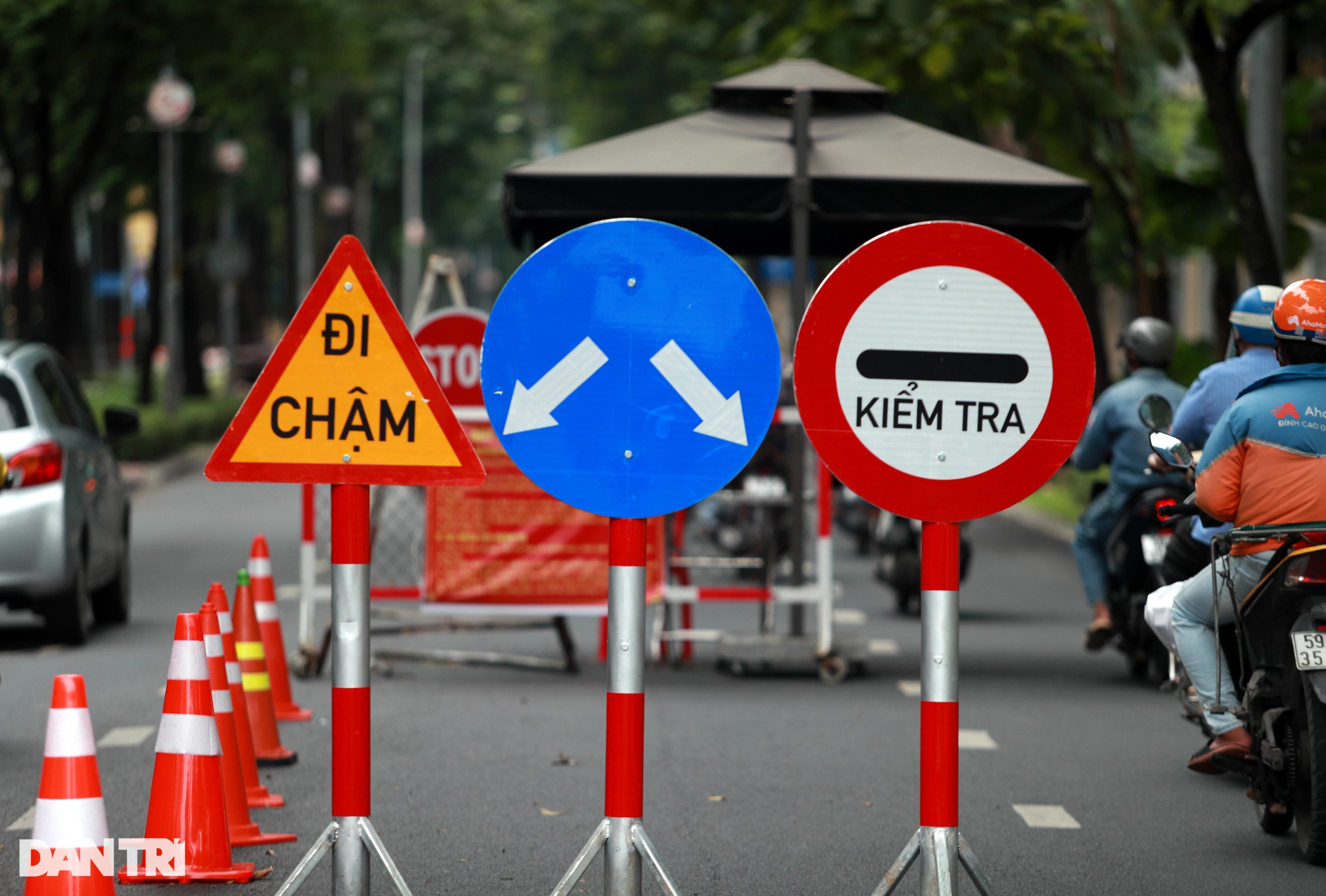 Tháo dỡ hàng loạt chốt chặn, rào chắn trên các tuyến đường trung tâm TPHCM