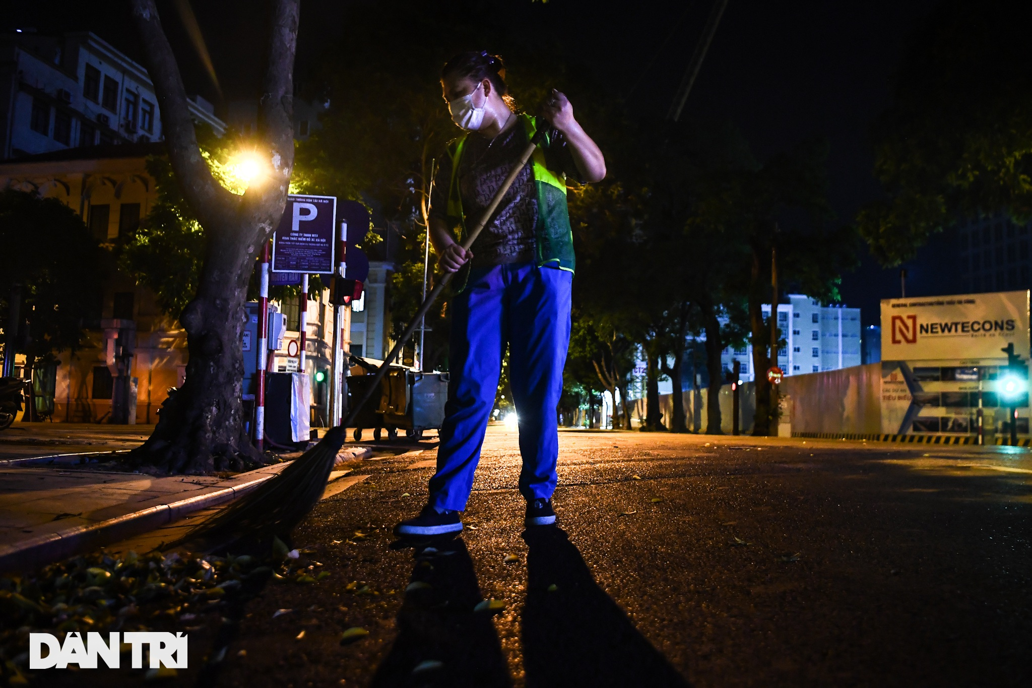 Tiếng chổi tre xuyên những đêm giãn cách toàn Hà Nội - 12