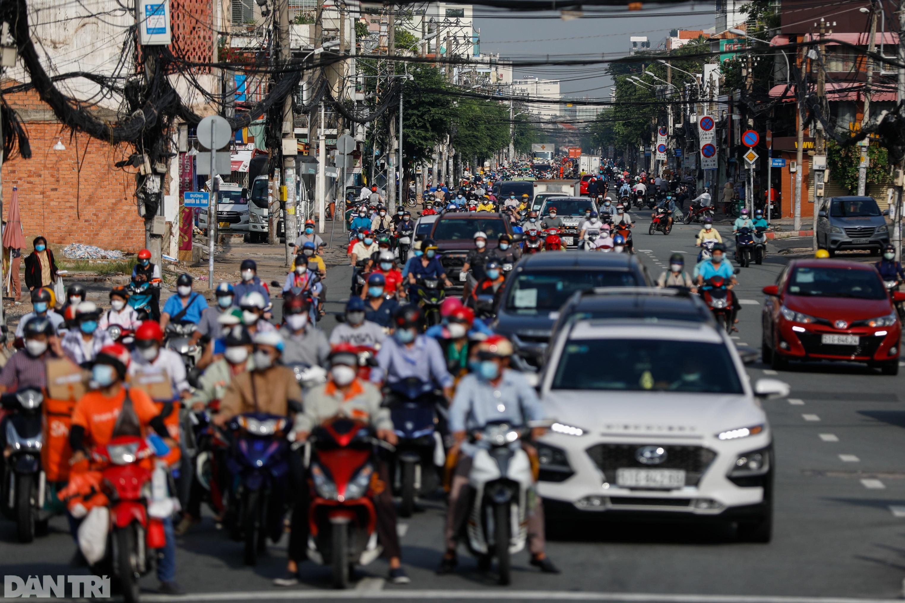 Đường phố TPHCM đông đúc, nhộn nhịp ngày đầu nới lỏng giãn cách xã hội - 8