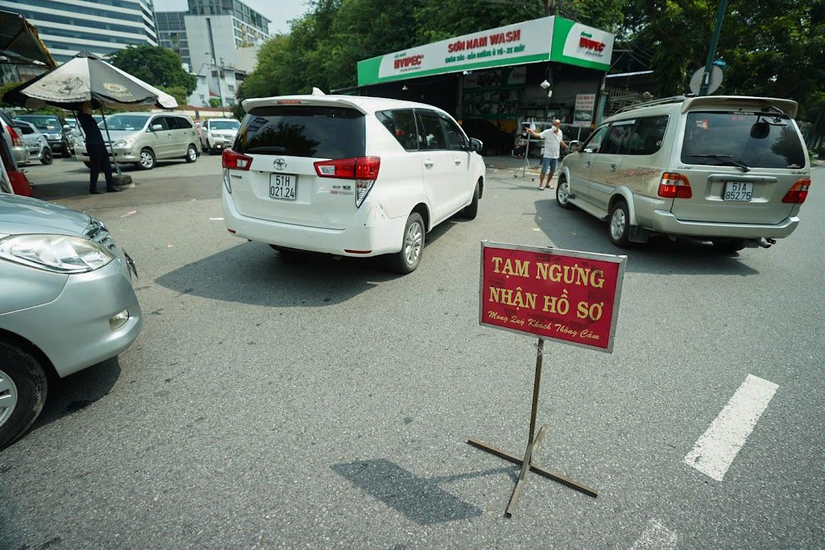 Tài xế ôtô xếp hàng từ sáng đến trưa vẫn chưa tới lượt vào đăng kiểm - 2