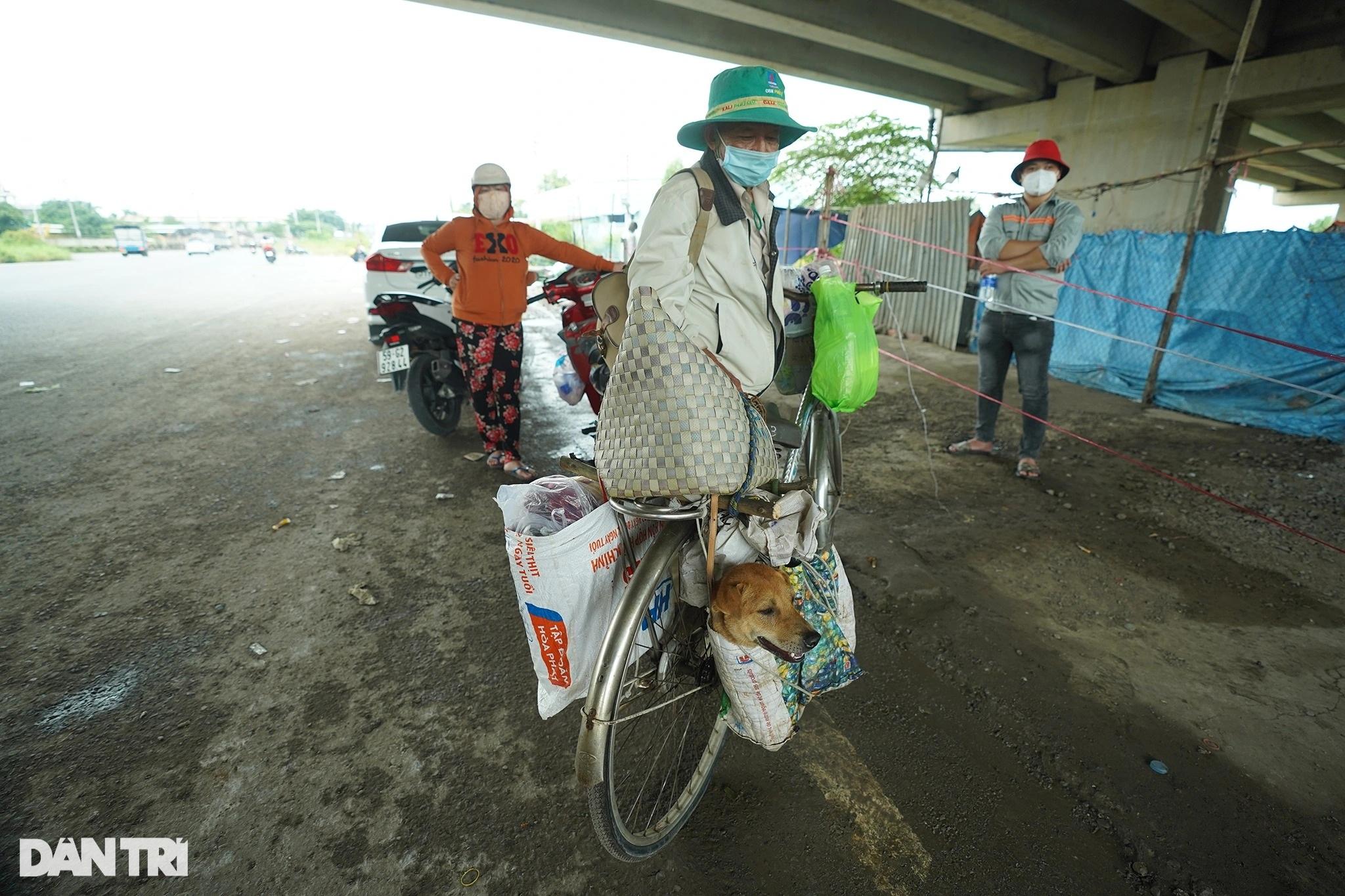 Rưng rưng cảnh lão Hạc đạp xe chở cậu  Vàng từ TPHCM về quê Bến Tre - 3