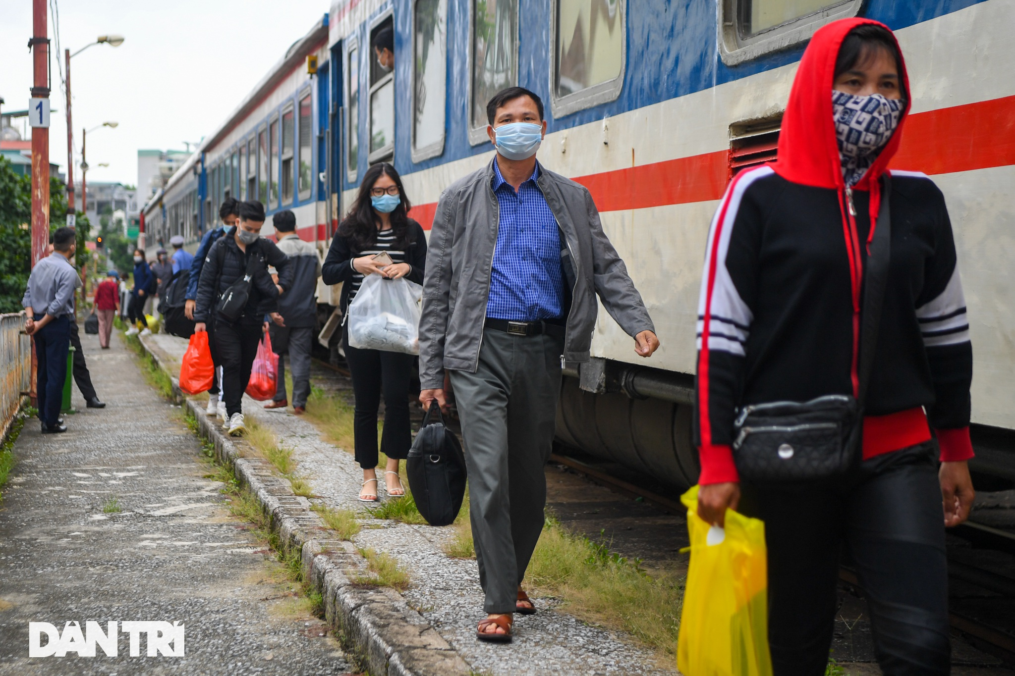 Hà Nội đón chuyến tàu khách đầu tiên đến từ Hải Phòng sau giãn cách - 10