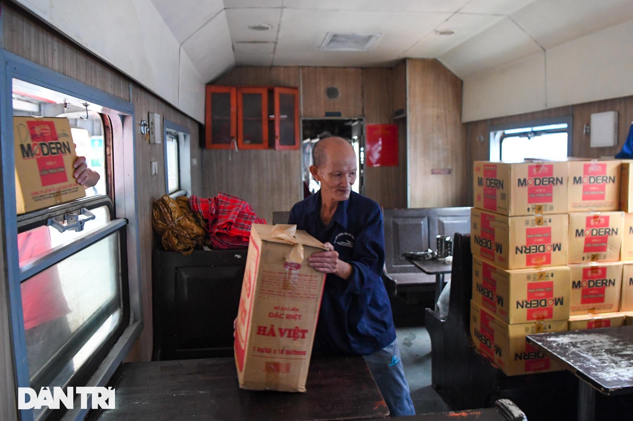 Hà Nội đón chuyến tàu khách đầu tiên đến từ Hải Phòng sau giãn cách - 8