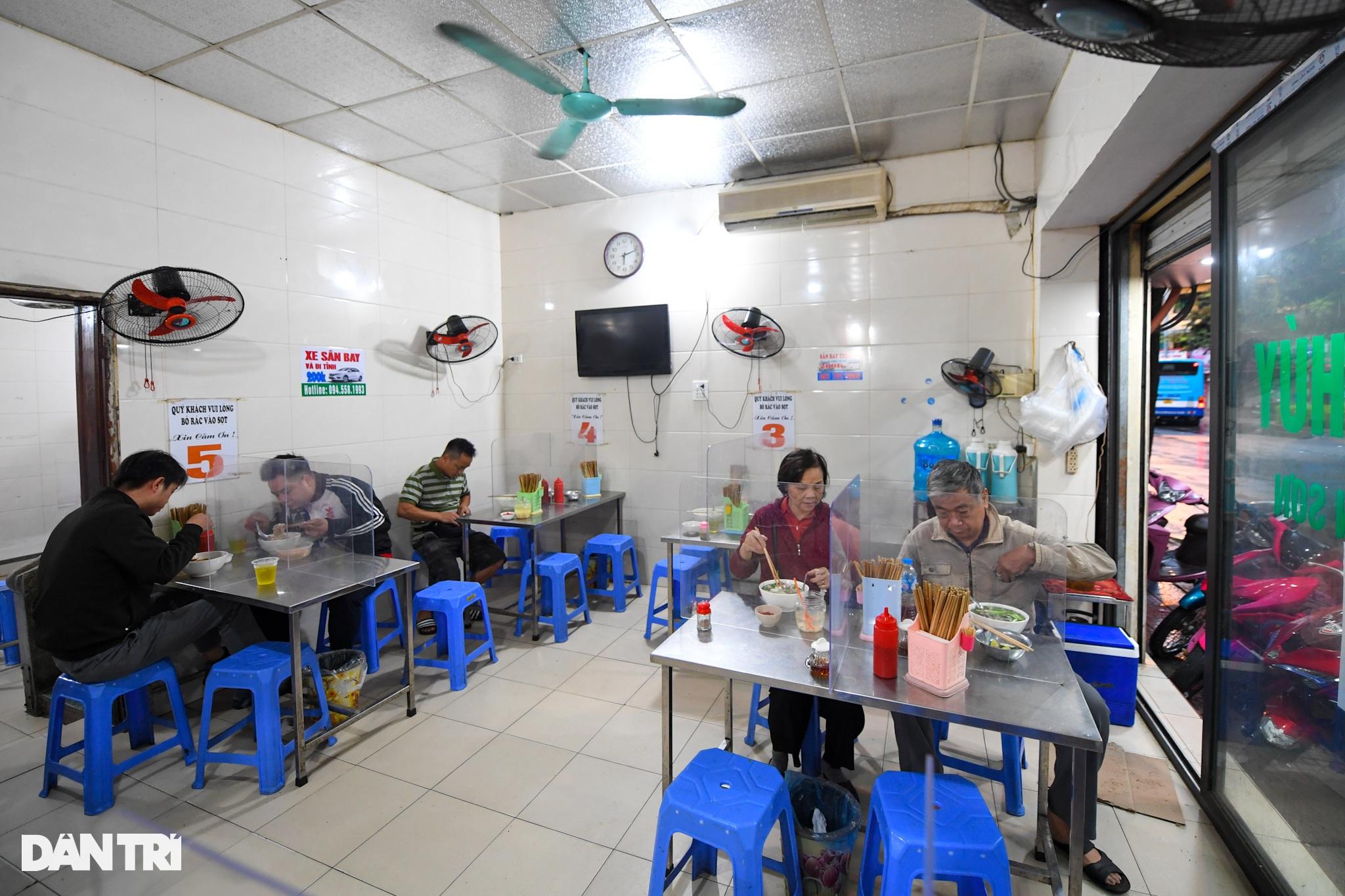 Hàng ăn, quán cafe tấp nập trong ngày đầu phục vụ khách tại chỗ - 1