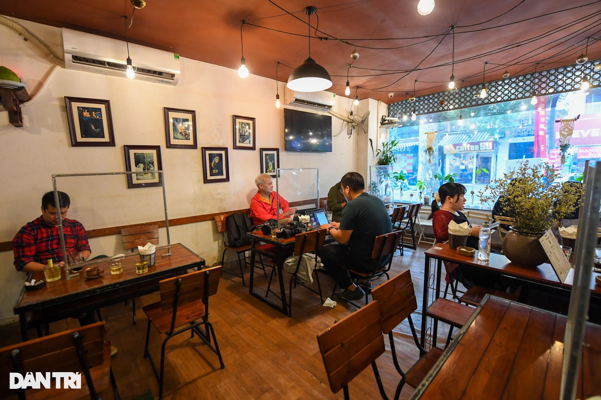 Hàng ăn, quán cafe tấp nập trong ngày đầu phục vụ khách tại chỗ - 7