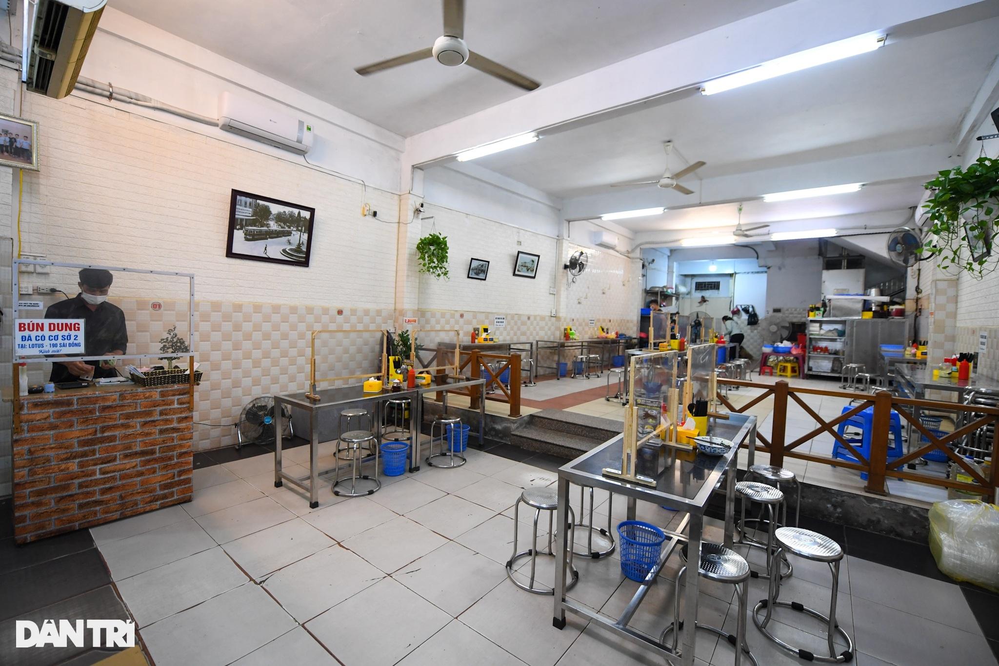 Hàng ăn, quán cafe tấp nập trong ngày đầu phục vụ khách tại chỗ - 13