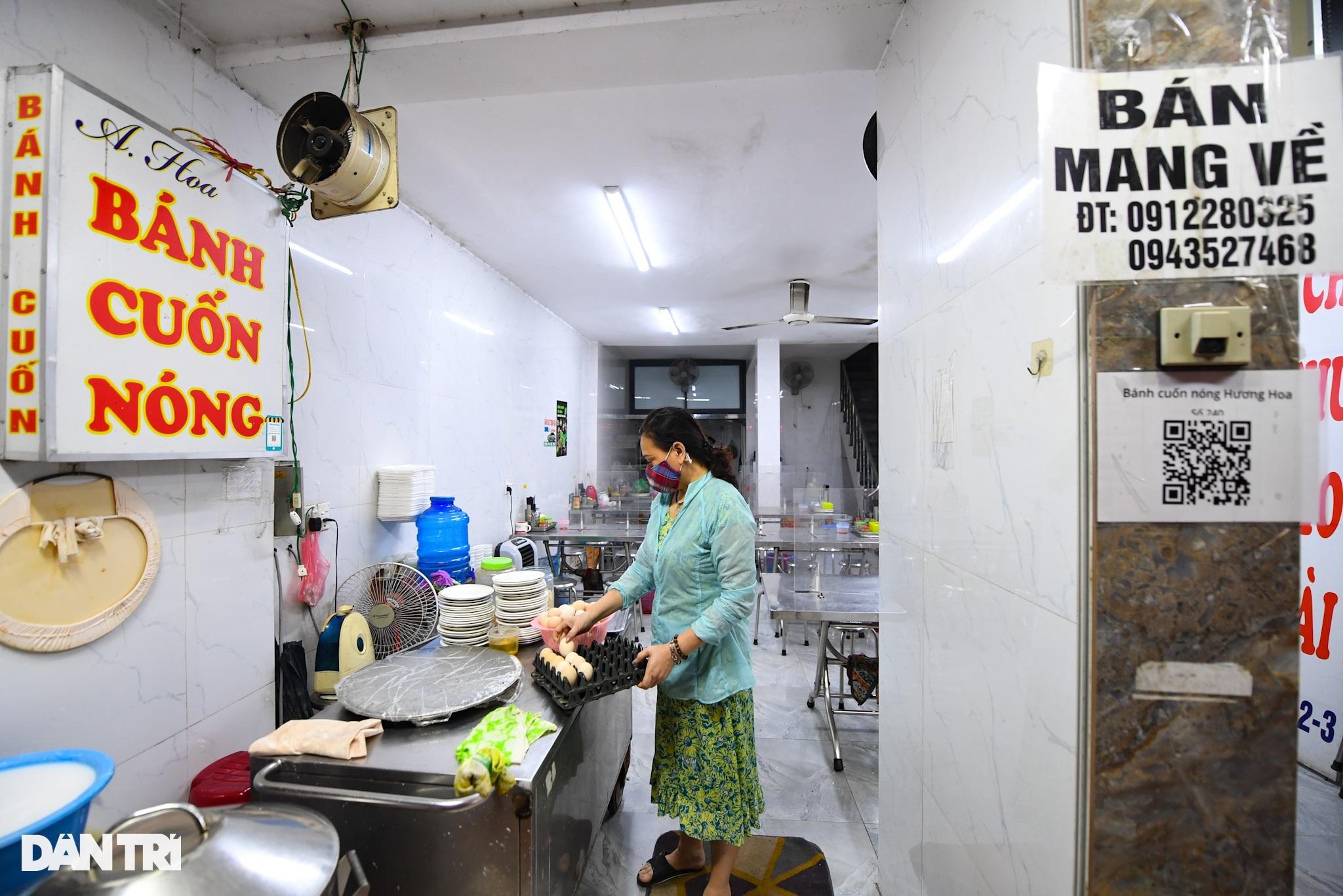 Hàng ăn, quán cafe tấp nập trong ngày đầu phục vụ khách tại chỗ - 10