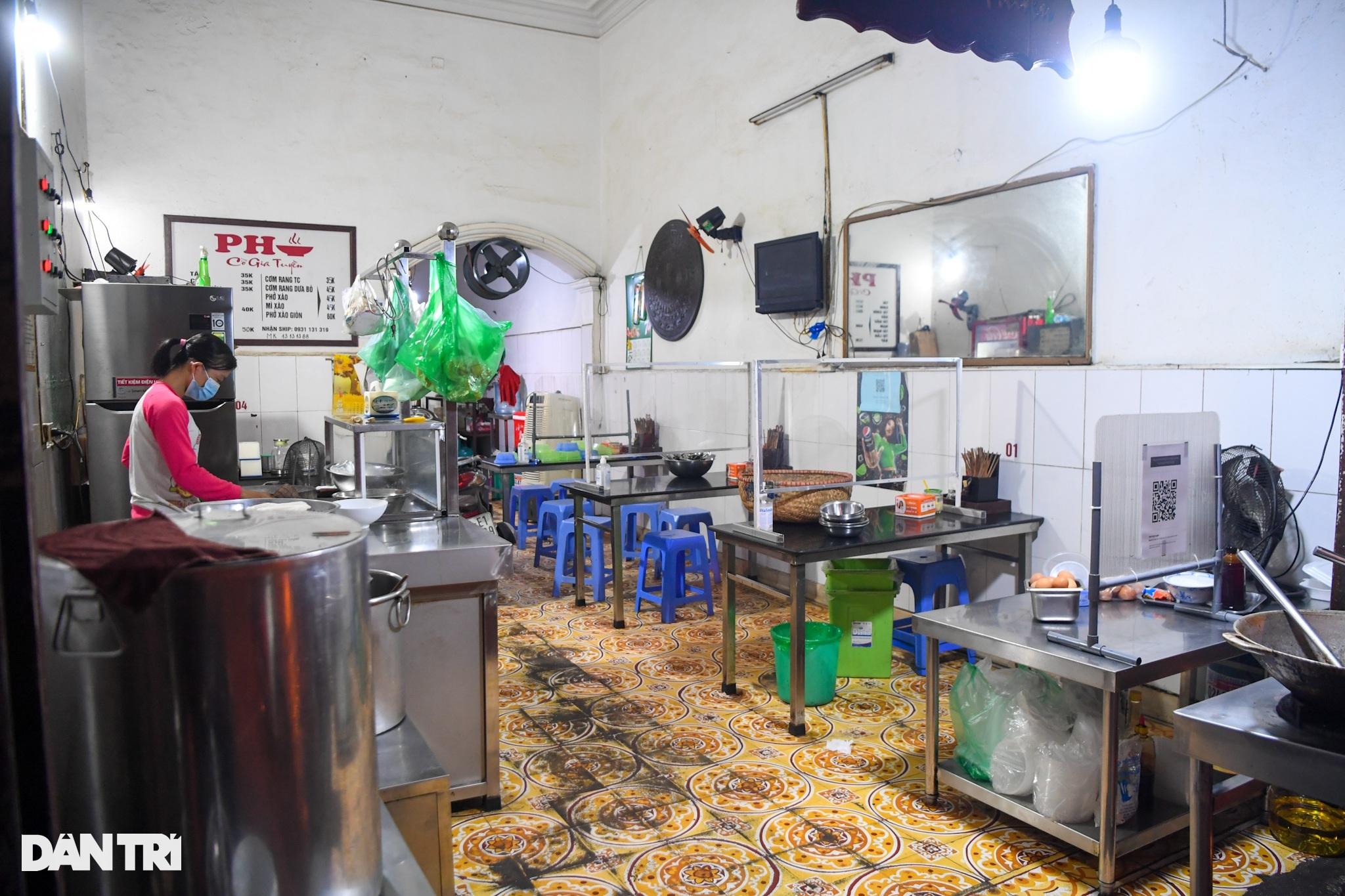 Hàng ăn, quán cafe tấp nập trong ngày đầu phục vụ khách tại chỗ - 9