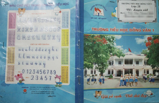 Cuốn vở có hình ảnh của nhà trường, nhãn vở và bọc bằng giấy bóng kính có giá 8.000 đồng trong khi giá 1 cuốn vở cùng loại ngoài thị trường có giá 4.500 đồng.