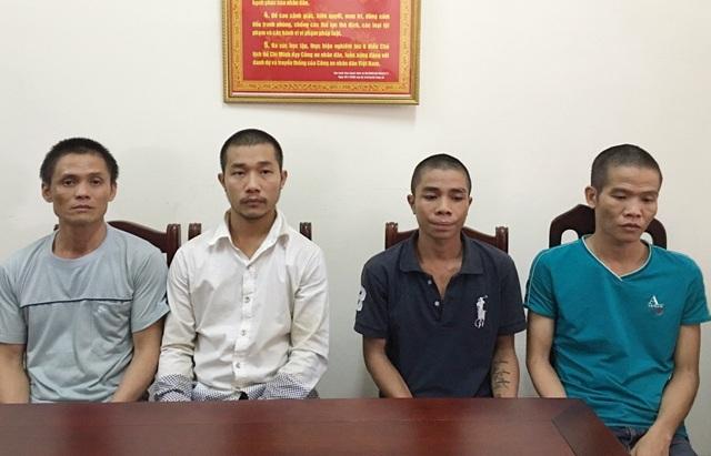4 đối tượng trốn truy nã bị bắt giữ và di lý về trụ sở PC52 Công an tỉnh Nghệ An chiều ngày 1/10.