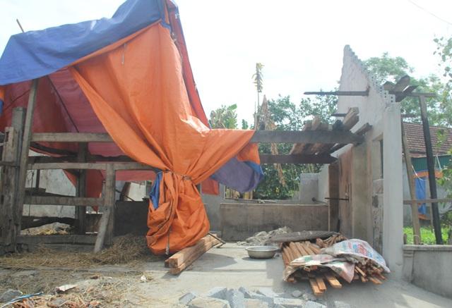 Chuồng trâu của một hộ dân xóm Luân Phượng bị cháy, sập toàn bộ phần mái.