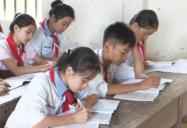 Giờ Sinh học, các em học sinh tự nghiên cứu dưới sự quản lý của giáo viên của Tổ Xã hội (ảnh P.Thảo).