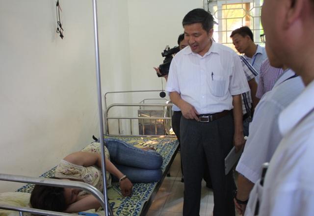 Đoàn công tác Sở Y tế Nghệ An do ông Hoàng Văn Hảo - Phó GĐ Sở dẫn đầu thăm các bệnh nhân sốt xuất huyết đang điều trị tại Trạm Y tế xã Diễn Thịnh (Diễn Châu).