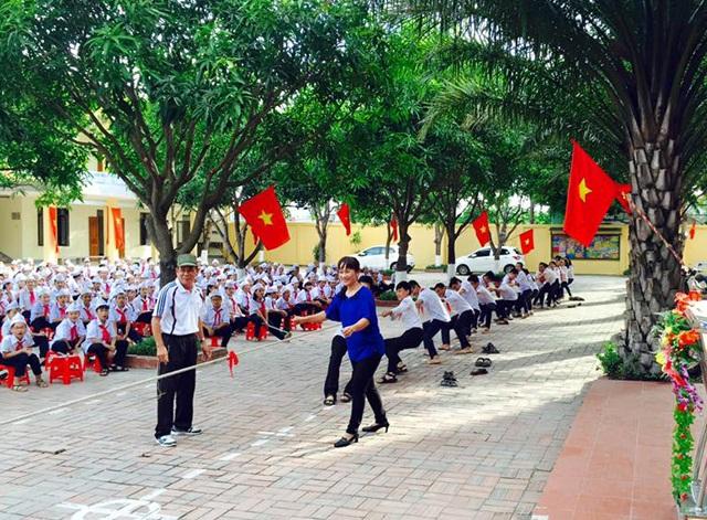 Học sinh Trường THCS Lê Lợi (TP Vinh, Nghệ An) chơi kéo co dưới sự dẫn dắt của giáo viên Tổng phụ trách Đội.