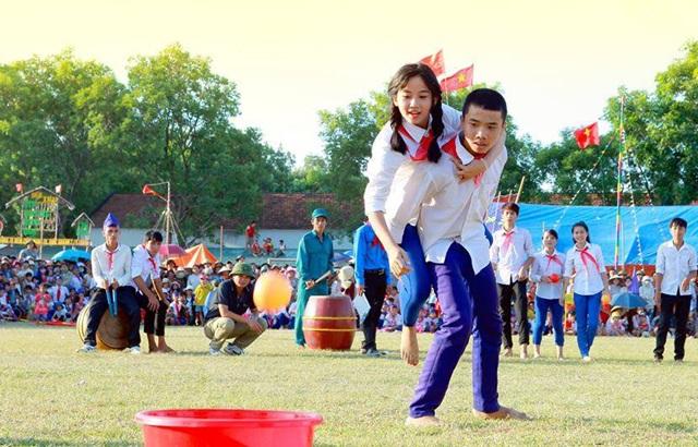 Các em học sinh tham gia trò chơi trong trại hè do Đoàn thanh niên thị xã Hoàng Mai (Nghệ An) tổ chức.