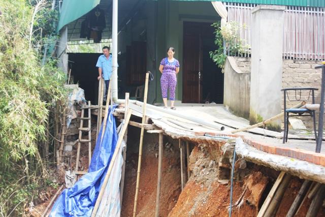 Sạt lở ăn sâu vào tận sân nhà bà Thanh khiến kết cấu công trình xây dựng bị ảnh hưởng.