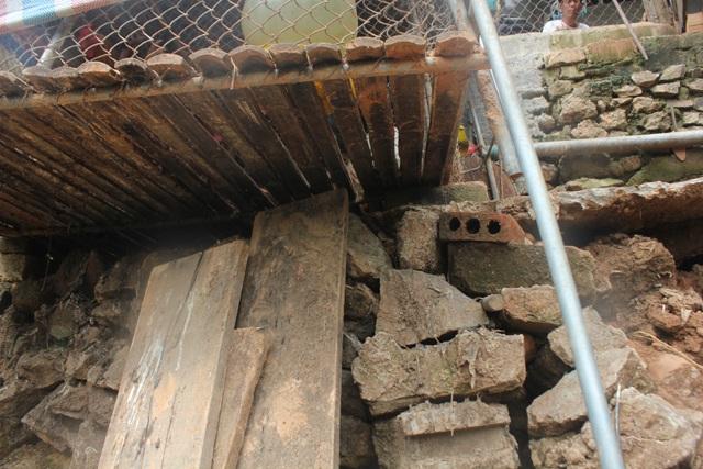 Các công trình nhà ở của người dân chênh vênh bên bờ sông Đào, tiềm ẩn nhiều nguy cơ mất an toàn trong mùa mưa lũ.