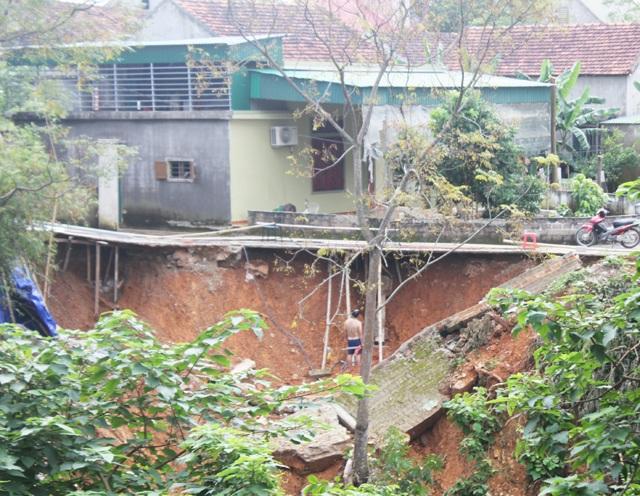 Bờ kè sông Đào đoạn qua khối Yên Khánh, thị trấn Nam Đàn (Nghệ An) sạt lở nghiêm trọng sau đợt mưa lũ vừa qua.