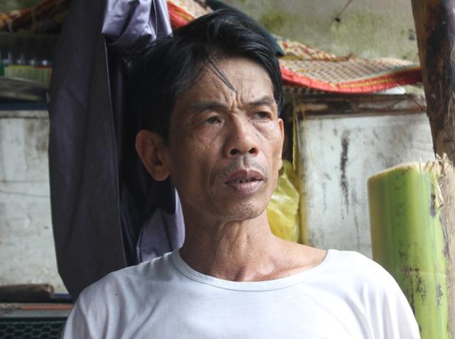 Ông Quách Văn Thọ: Cứ mưa xuống là lo không ngủ được, sợ nhà trôi xuống sông mà không kịp chạy thoát thân.