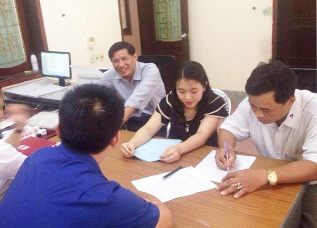 Anh Hoàng Khắc Sửu (ngoài cùng bên phải) ký vào biên bản hỗ trợ của Trung tâm y tế dự phòng tỉnh Nghệ An.