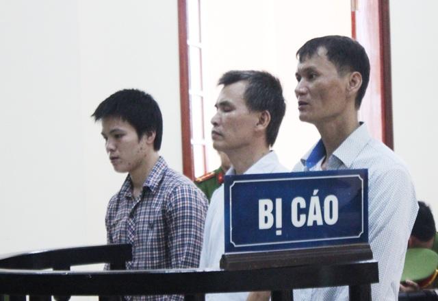 Từ phải qua trái: Cao Đức Hùng, Phan Văn Tám, Hoàng Văn Toản trước vành móng ngựa.