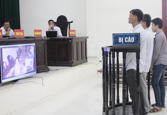 Hình ảnh người đàn ông đội mũ lưỡi trai trong video được bị cáo Tám, Toản và vợ Hùng khẳng định là bị cáo Hùng nhưng Hùng phủ nhận mình là người xuất hiện trong video.