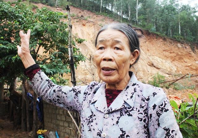 Bà Phạm Thị Hiên vẫn chưa hết hoảng hốt khi đất đá trên núi bị sạt lở, tràn xuống vườn nhà lúc rạng sáng ngày 8/11.