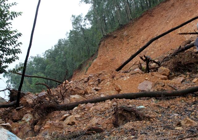 Mặc dù trời không còn mưa nhưng với kết cấu địa chất yếu, lại là kiểu đất sỏi cốm bị ngấm nước nên nguy cơ núi Rậm tiếp tục sạt lở vẫn đang hiện hữu.